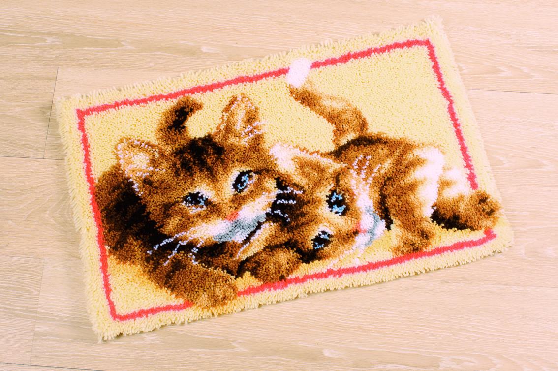 Knooppakket bestaande uit een handgeschilderd grof mono stramien, voorgesneden knoopdraad, een knoophaak en ...